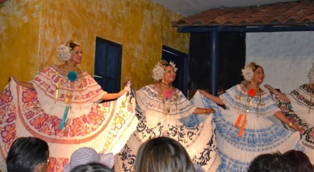 dancing ladies in native dresses of Panama